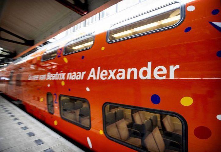 """Vista de un tren decorado con los colores nacionales holandeses y un mensaje """"De la B a la A"""" en referencia a la reina Beatriz y el príncipe Guillermo Alejandro. (Archivo/EFE)"""