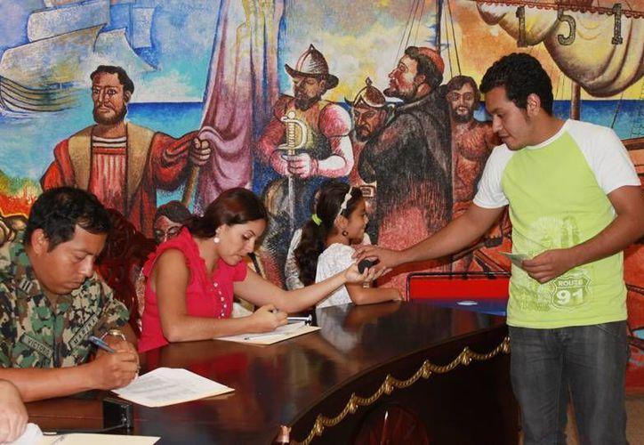 Acuden 50 jóvenes isleños para tramitar pre cartilla militar. (Lanrry Parra/SIPSE)