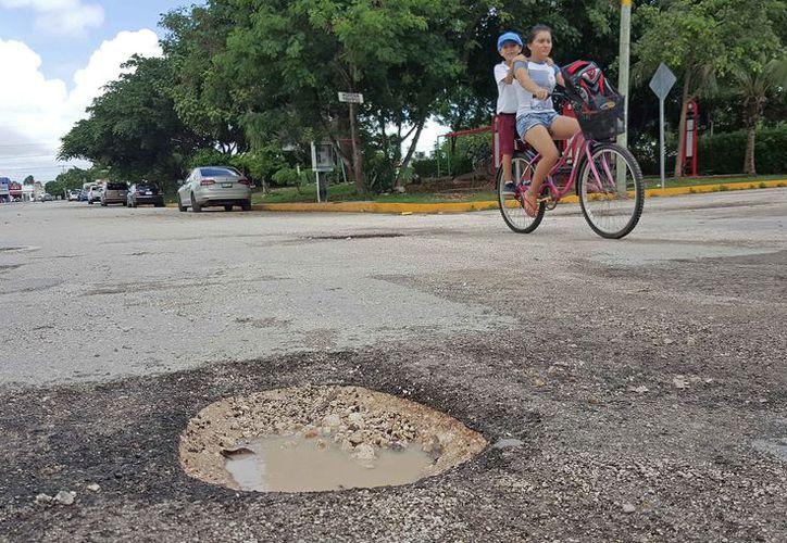 Los fraccionamientos alejados del centro de la ciudad aún no reciben atención en reparación de vialidades. (Jesús Tijerina/SIPSE)