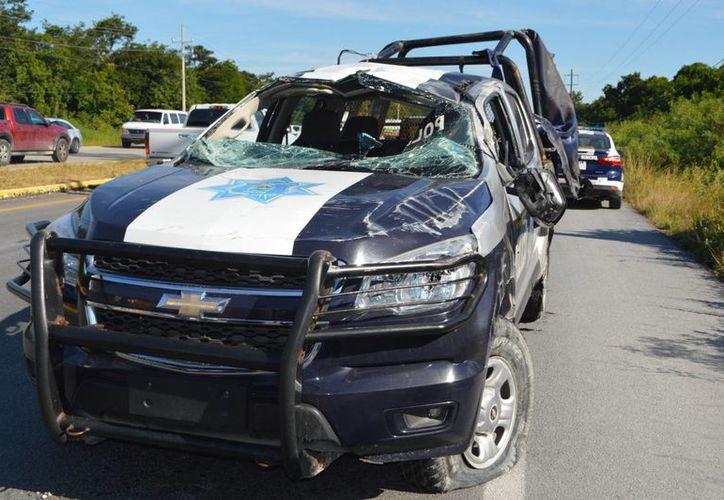 El estallido de una llanta provocó que la patrulla se volcara y que los nueve pasajeros resultaran heridos. (Rossy López/SIPSE)