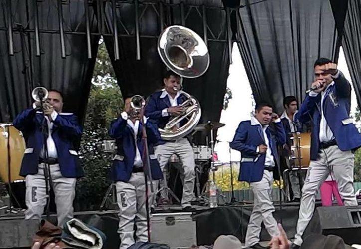 """La banda """"La Ejecutiva"""" tuvo gran respuesta por parte los meridanos durante su presentación en una conocida plaza comercial. (Milenio Novedades)"""