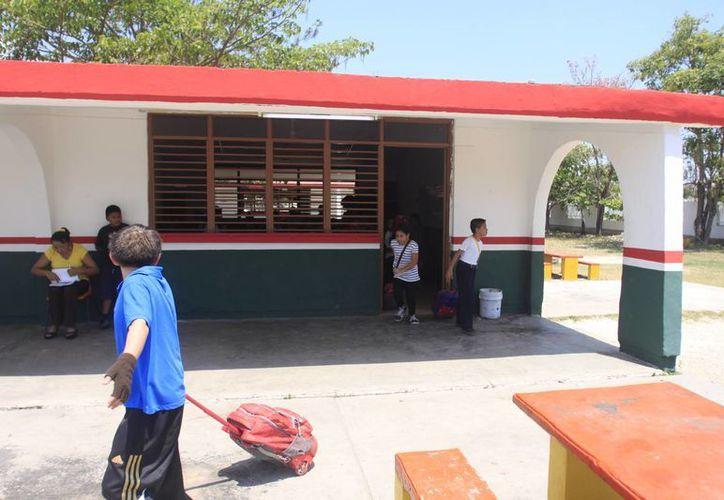 El pago es destinado para reparaciones menores al edificio, productos de limpieza para salones, oficinas administrativas y baños. (Harold Alcocer/SIPSE)