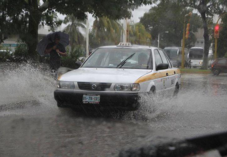 Operadores del sistema de radio taxis notificaban a los usuarios el incremento en la tarifa. (Ángel Castilla/SIPSE)