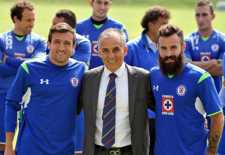 Presentación de Sergio Bueno como entrenador de Cruz Azul. A su izquierda aparece Marc Crosas, uno de los refuerzos. (Notimex)