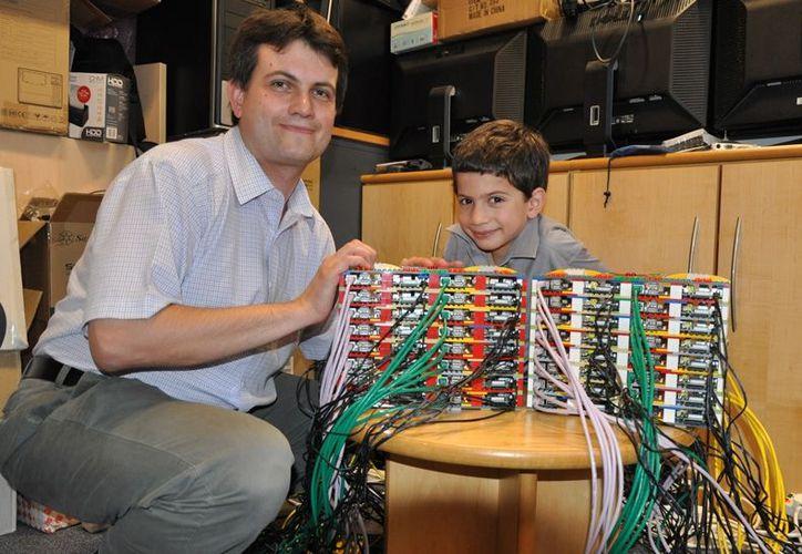 El ingeniero Simon Cox junto a James, su hijo de 6 años y uno de los expertos que creó la computadora. (wordpress.com)