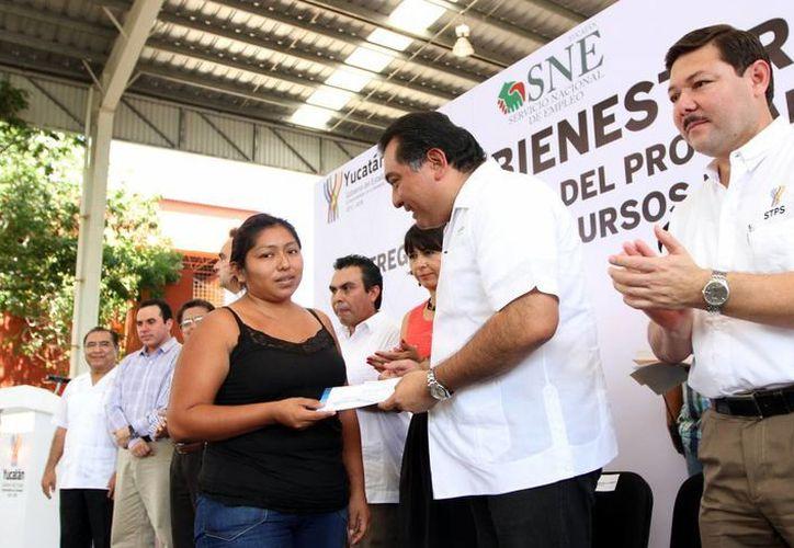 El secretario general de Gobierno, Víctor Caballero, entregó recursos para financiar el autoempleo. (Milenio Novedades)