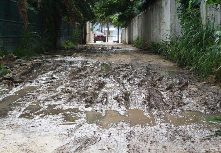 Así lucía ayer el acceso a la playa Xcalacoco debido a las lluvias de los últimos días. (Octavio Martínez/SIPSE)