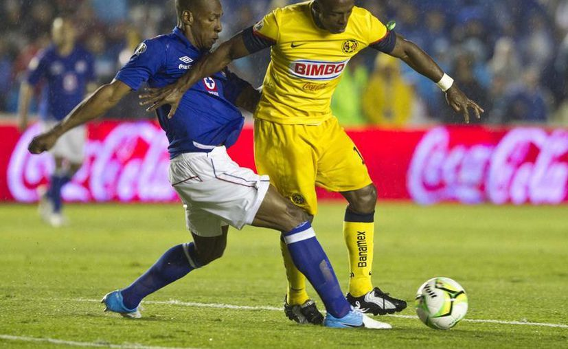 Amaranto Perea (i) marca a Benítez, goleador de la temporada y de la liguilla que ahora se fue en blanco. (Agencias)