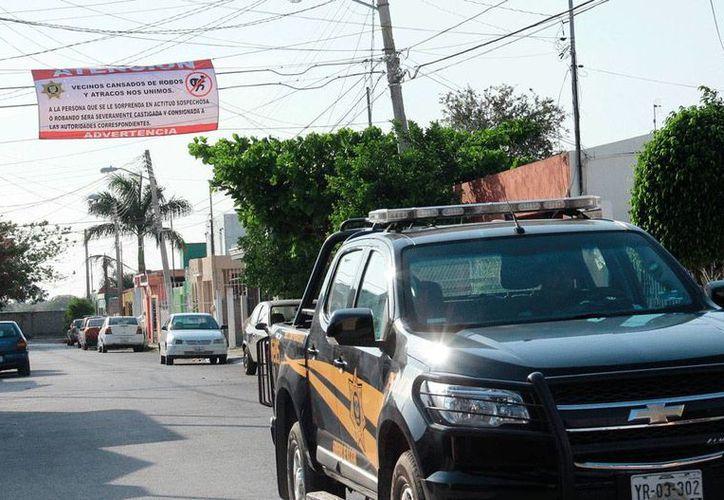 En calles del fraccionamiento Jacinto Canek ya hay dos mantas de 'Advertencia' para quienes 'intenten' delinquir. (Milenio Novedades)