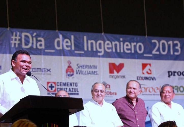 El gobernador Rolando Zapata Bello pronuncia un discurso en el evento del Día del Ingeniero. (Cortesía)