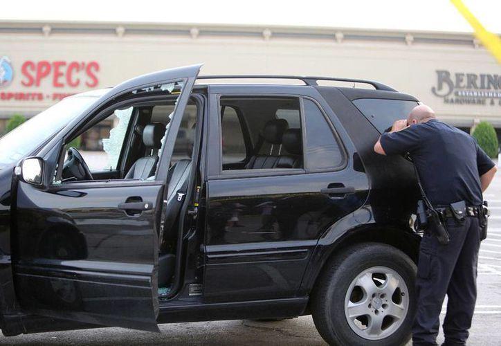 Imagen de contexto de un policía inspeccionando un vehículo en la escena de un tiroteo en Houston, Texas, el 25 de septiembre de 2016. (Foto: Mark Mulligan/Houston Chronicle vía AP)