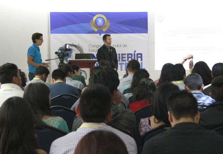 Aproximadamente 150 estudiantes escucharon a Tony Gutiérrez, ingeniero de la NASA, quien dio una conferencia en Cancún. (Tomás Álvarez/SIPSE)