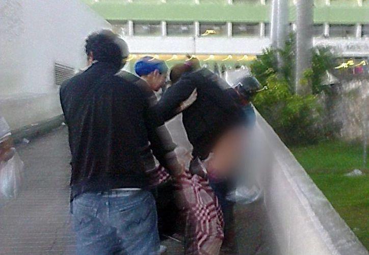 La señora fue atendida en una rampa en las afueras del del Hospital Agustín O'Horán . (Milenio Novedades)