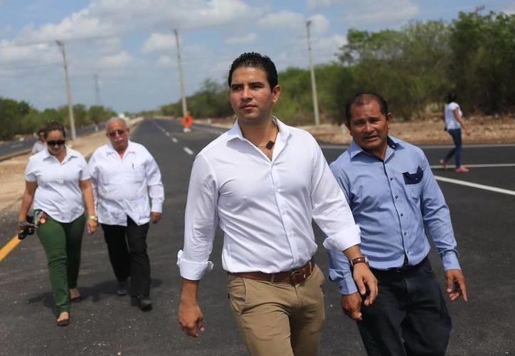 El titular del Incay, Javier Osante Solís, constató las labores en la importante vía. (Mauricio Palos/SIPSE)