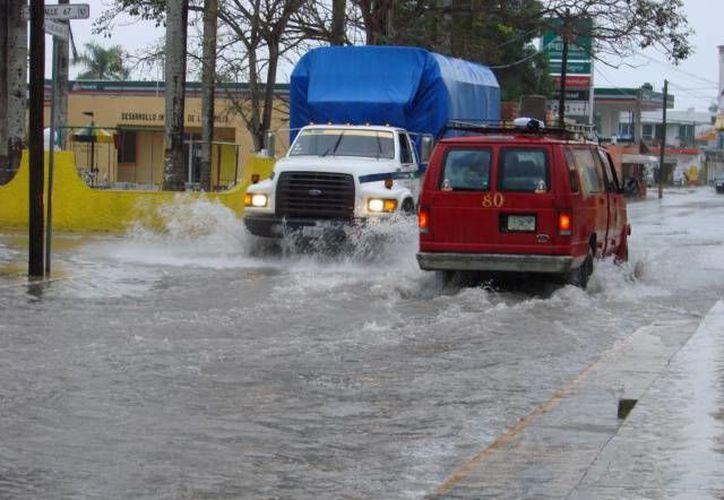 Las calles se vieron totalmente anegadas durante las prolongadas horas de lluvia. (Manuel Salazar/SIPSE)