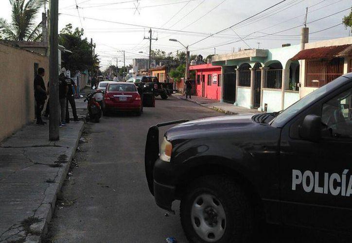 Durante la noche de ayer,  elementos de la Policía Federal realizaron un cateo en un domicilio de la colonia Independencia.  (Gustavo Villegas/SIPSE)
