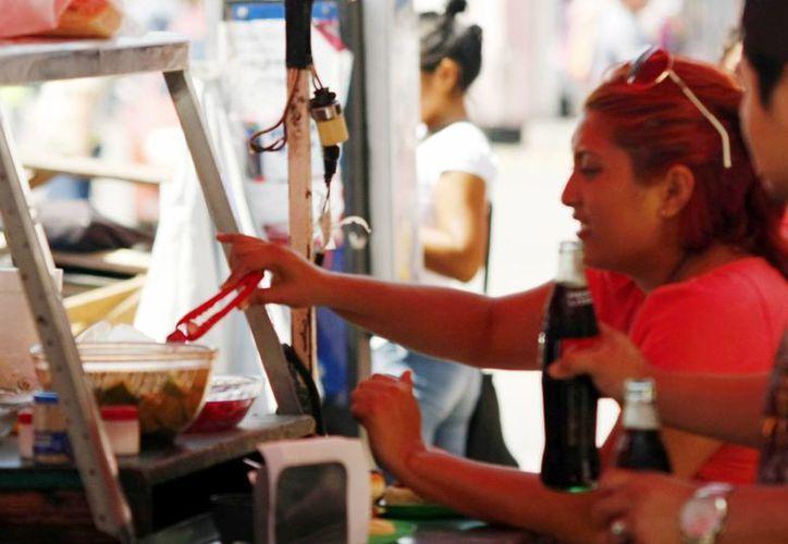 Doctores piden evitar comer cosas en lugares fuera del hogar, sobre todo cuando se trata de puestos ambulantes cuyos alimentos están a la intemperie y no tienen la higiene adecuada en el preparado. (Milenio Novedades)