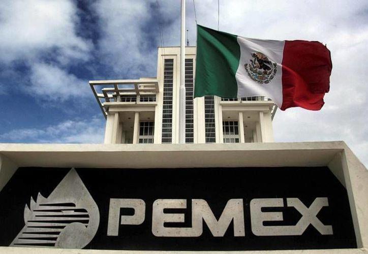 S&P argumentó que la revisión surgió a partir de la débil generación de efectivo y perfil financiero de Pemex en lo que va de 2015.(redpolitica.mx)