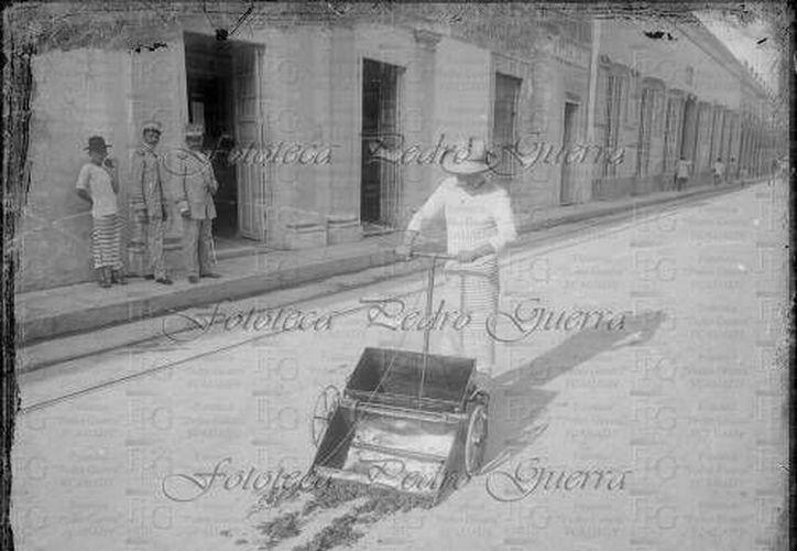 Ejemplo de limpieza en las calles de Mérida, allá por principios del siglo XX, cuando realmente merecía el mote de 'Ciudad Blanca'. (Sergio Grosjean/SIPSE)