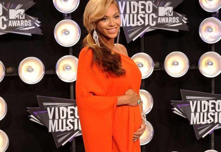 En reciente presentación,  Beyoncé mostró un ligero incremento en su vientre. (hellobeautiful.com)