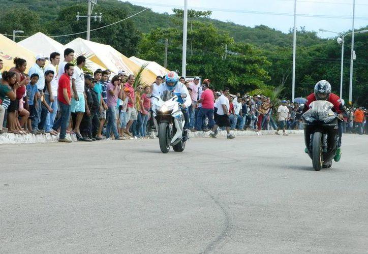 Una motocicleta chocó primero contra el camellón y el conductor salió disparado entre los aficionados y resultó lesionado. (Milenio Novedades)