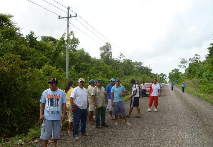 Varias personas acudieron al lugar del accidente para respaldar a las autoridades comunitarias. (Raúl Balam/SIPSE)
