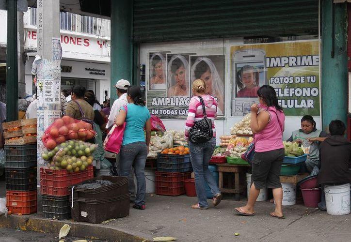Desde hace años, la venta en las aceras se ha convertido en parte del paisaje urbano de Mérida. (Theani Ruz/SIPSE)