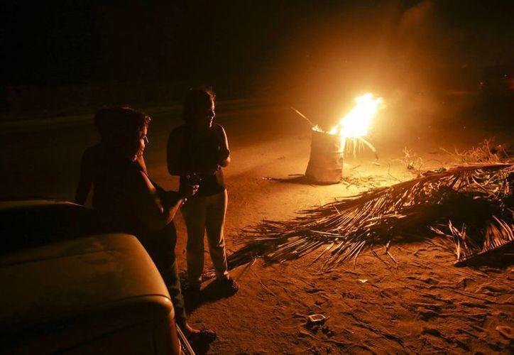 Los vecinos de Cabo San Lucas organizaron fogatas para protegerse de saqueadores. (AP)
