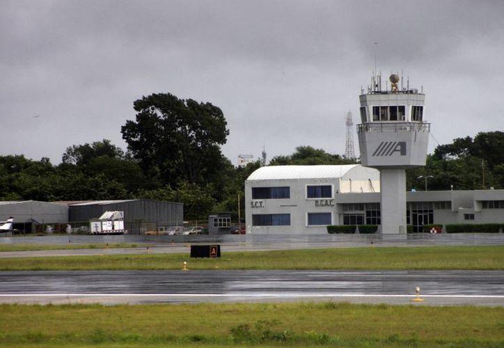 Actualmente la SCT construye en los terrenos de la terminal aérea la plataforma de viraje en la pista 28. (Harold Alcocer/SIPSE)