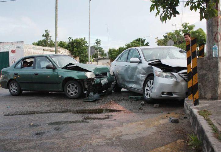 Un fuerte choque se registró ayer en la colonia Amalia Solórzano, debido a que el conductor de un Toyota Camry no respetó la señal de alto de disco. (Milenio Novedades)