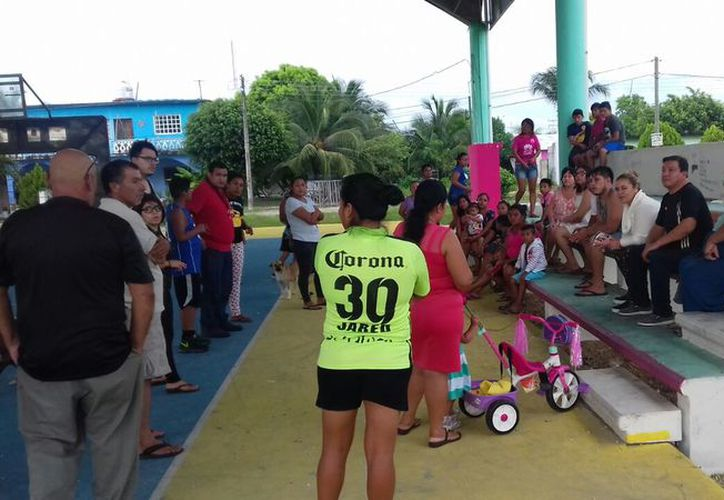 Los ciudadanos hicieron una junta provisional luego de que las autoridades liberaron a una persona que supuestamente había robado. (Carlos Castillo/SIPSE)