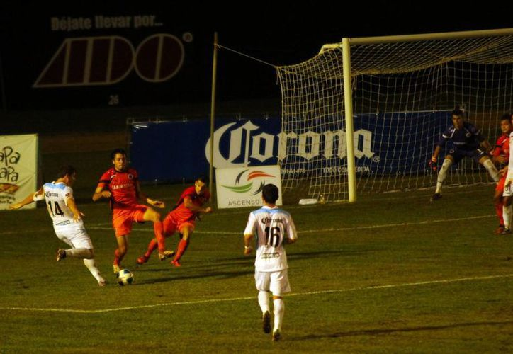 El CF Mérida dominó las acciones, sobre todo durante la segunda parte, en el encuentro ante los Delfines de Q.Roo en el 'Carlos Iturralde'. (SIPSE)
