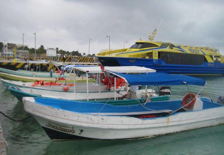 Revisan que las embarcaciones de paseo cuenten con las medidas mínimas de seguridad. (Lanrry Parra/SIPSE)