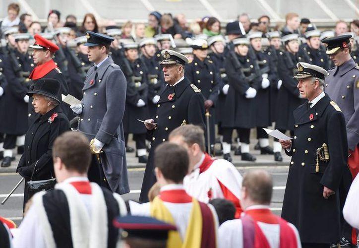 La reina Isabel II con los príncipes Guillermo, duque de Cambridge; Felipe, duque de Edimburgo, y Carlos, Príncipe de Gales, en el Cenotafio de Londres, en la ceremonia en honor de los muertos en guerras y conflictos. (EFE)