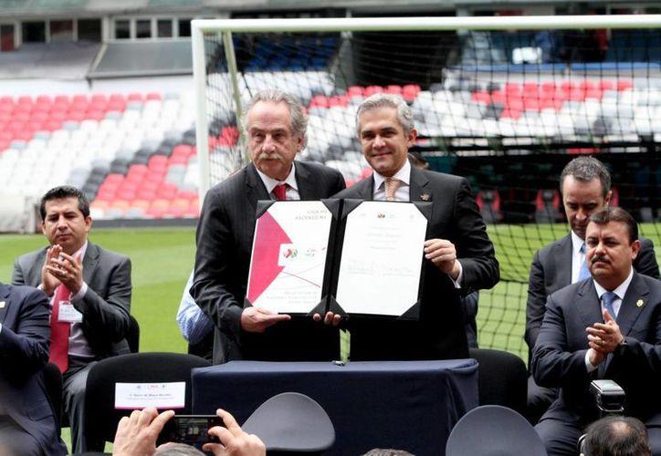 El jefe de Gobierno del Distrito Federal, Miguel Ángel Mancera, y Decio de María, presidente de la Liga MX, durante la firma del convenio que tiene como objetivo principal que haya seguridad total en los estadios de futbol soccer en México. (Foto: Notimex)