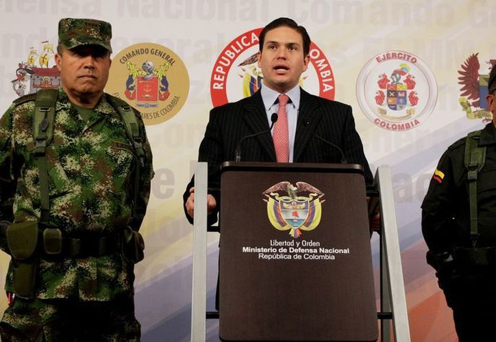 El ministro colombiano de Defensa, Juan Carlos Pinzón (c), habla durante una rueda de prensa acompañado por funcionarios de las Fuerzas Militares de Colombia. (EFE/Archivo)