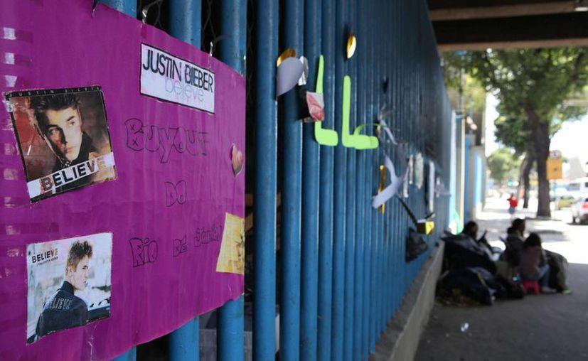 Seguidores de Bieber están desde ahora en los alrededores del sambódromo. Dicen que no perderán clases. (EFE)