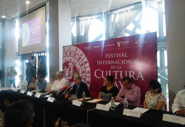 Imagen de la conferencia de prensa de la presentación de la Fic Maya 2015 por parte del director del encuentro y el Instituto de Historia y Museos de Yucatán, Jorge Esma Bazán. (Cecilia Ricárdez/SIPSE)
