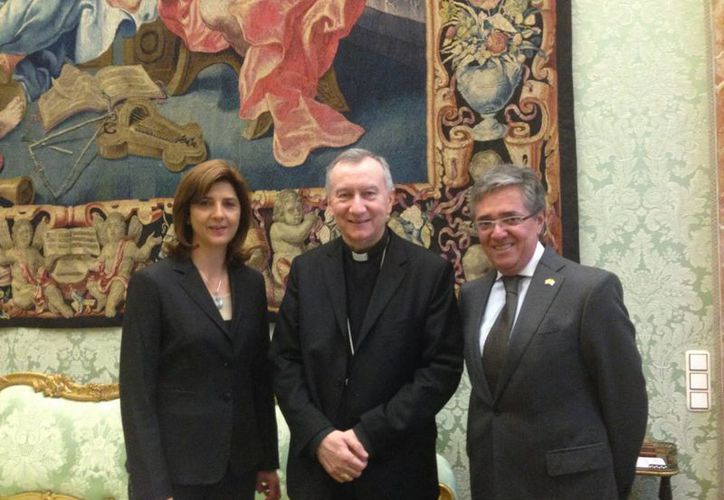 Pietro Parolin (centro) aparece junto a la canciller de Colombia, María Angela Holguín, en el Vaticano. (Notimex/Foto de archivo)