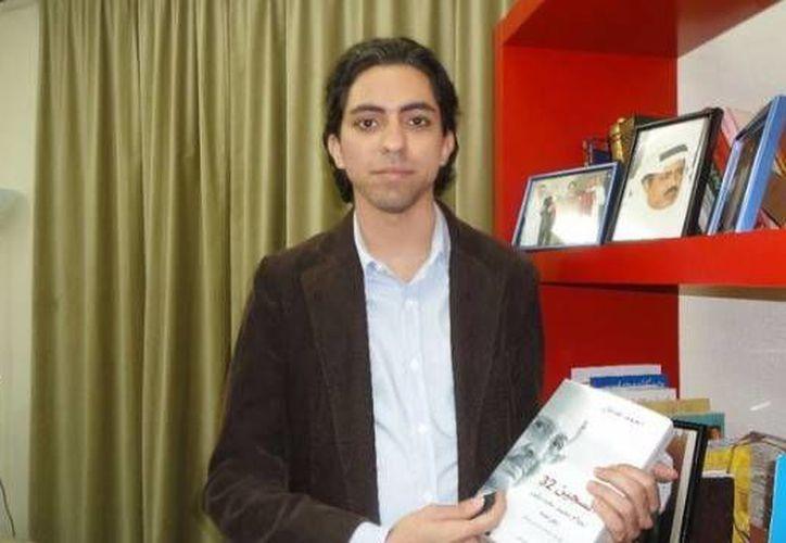El bloguero saudí Raif Badawi, quien tiene tres hijos, 'está siendo usado como ejemplo para otros' por insultar al isla. Recibirá mil azotes y pasará 10 en años en prisión. (Agencias)