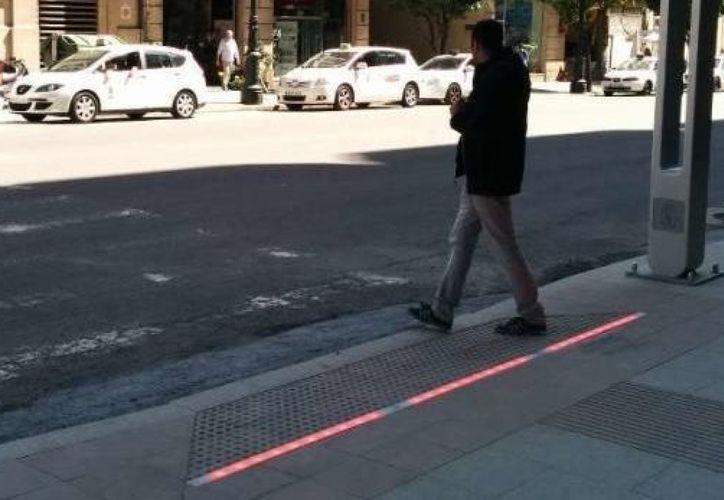 """Los nuevos """"semáforos de suelo"""" han sido adaptados en el cruce que se encuentra cerca de la Universidad Católica de la Santísima Concepción de Chile. (Contexto/Internet)."""