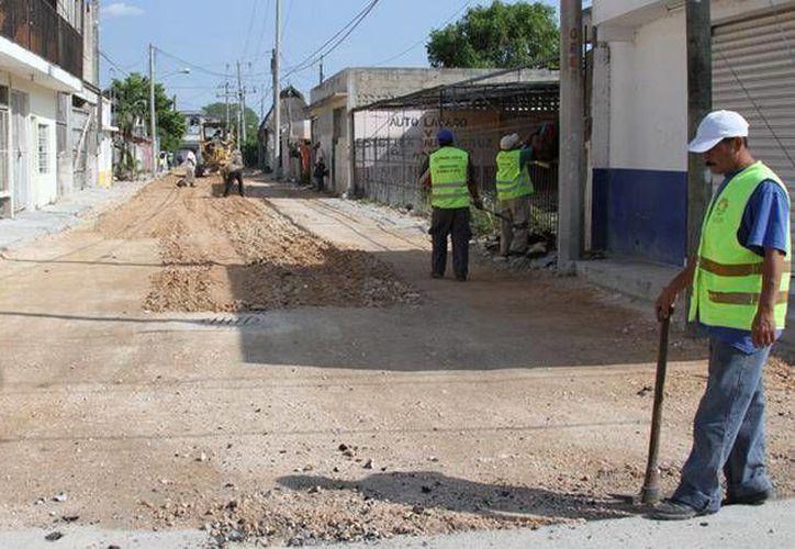 Se trabaja en la nivelación de las calles para continuar con el bacheo en las zonas afectadas. (Cortesía/SIPSE)