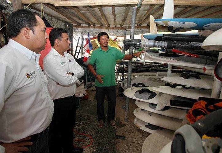 Las autoridades deportivas realizaron un recorrido en las instalaciones donde se práctica el windsurf. (Redacción/SIPSE)