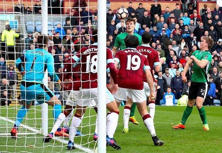 Lincoln City accedió a los Cuartos de Final de la Copa, gracias a un gol Sean Raggett al minuto 90 del encuentro eliminatorio.(Foto tomada de Mediotiempo)