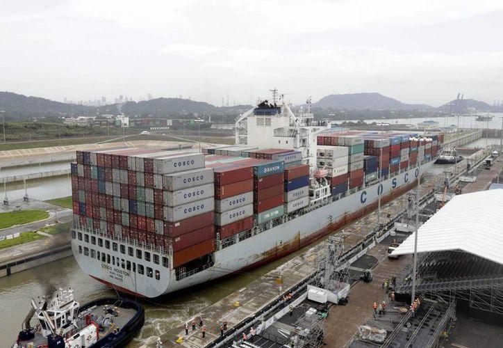 Un barco portacontenedores de Panamax navega por las nuevas esclusas de Cocoli durante una prueba del canal ampliado de Panamá en el lado del Pacífico. (Agencias)