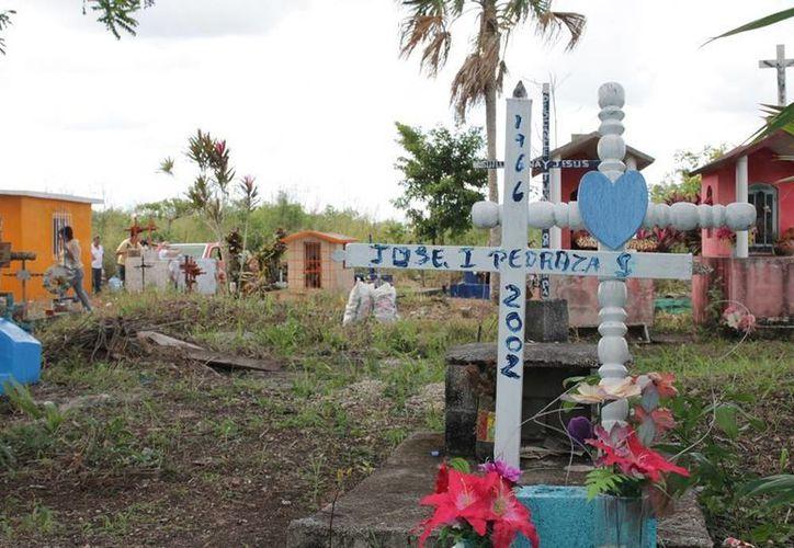 El trasladarse a otras poblaciones para darles santa sepultura a sus familiares, ha empezado a causar malestar entre los habitantes. (Edgardo Rodríguez/SIPSE)