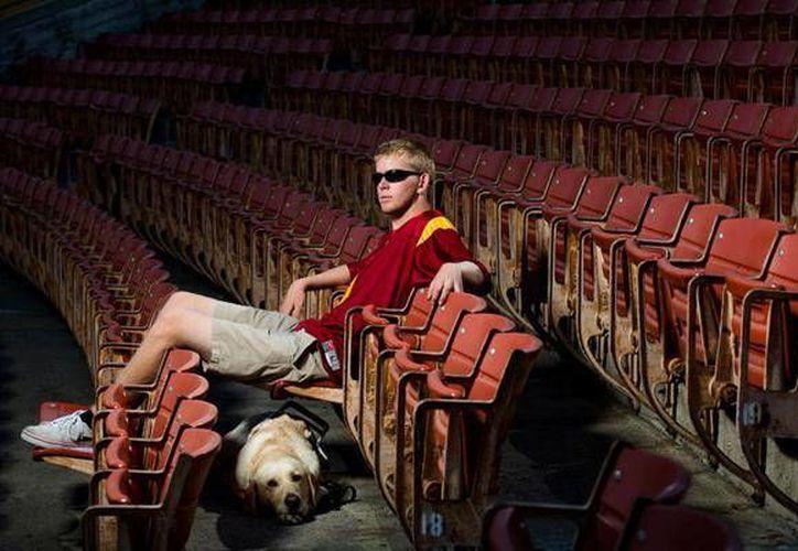 El invidente Jake Olson es parte de Trojans, equipo de fútbol americano universitario de la Universidad del Sur de California. (prensalibre.com)