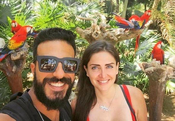 La pareja convivió con las conocidas guacamayas del parque Xcaret. (Celia Lora/Instagram)
