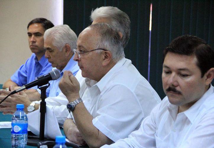 Jorge Alberto Habib Abimerhi, presidente del COMCE, al micrófono. (José Acosta/SIPSE)