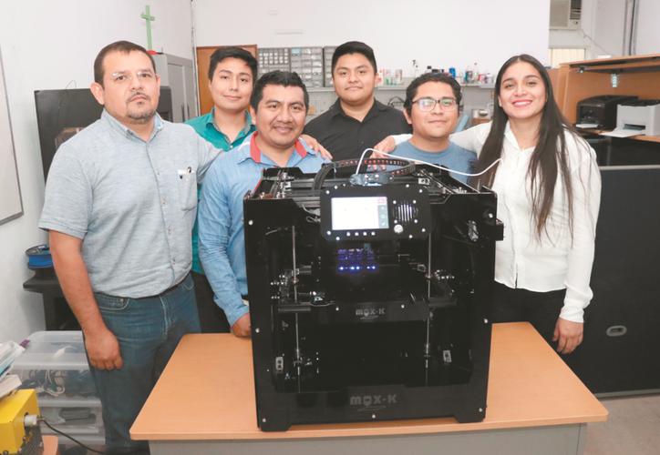 """El equipo de yucatecos que creó la impresora 3D """"Max-K"""". (Daniel Sandoval)"""